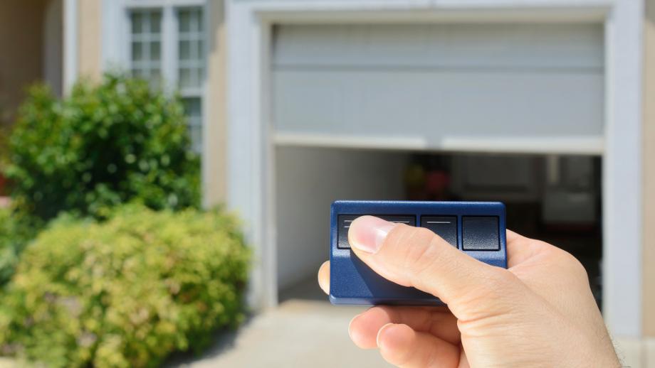 Brama garażowa z automatyką – na co zwrócić uwagę?